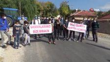 Afyonkarahisar'da köylüler ellerinde pankartlarla yolu kapattı