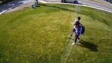 İnsanların çimlerine basmaması için otomatik sulama sistemi kurdu