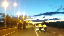 Kars'ta, yolda kalan otomobilin yardımına polisler koştu