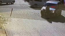 Sakarya'da hafif ticari aracın kadına çarpma anı