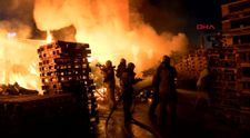 Ümraniye'de, ahşap palet imalathanesi alev alev yandı