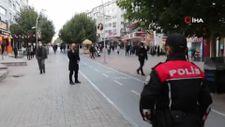 Bolu'da bir kişi, polislere maskesiz yakalanınca yüzünü şapkayla kapattı