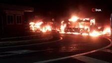 İtalya'da garajdaki belediye otobüsleri alev alev yandı