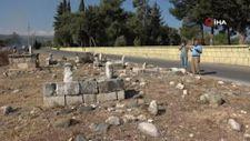 Mersin'de yolun ikiye ayırdığı kabristanlığa mahalleli düzenleme istiyor