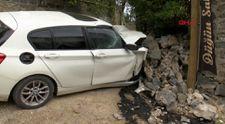 Sarıyer'de istinat duvarına çarpan otomobil