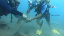 Konyaaltı Sahili'nde deniz dibinden 10 dakikada 2 torba çöp çıkarıldı