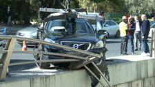Ankara'da araç, bariyerlerden uçmaktan son anda kurtuldu