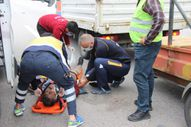 Kocaeli'de TEM'de çalışan işçiye otomobil çarptı