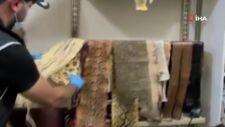 İzmir'de kaçak yollarla ülkeye sokulan 31 yılan derisi ele geçirildi
