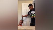 Kızının saçını topuz yapmaya çalışan baba