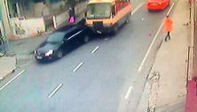 Küçükçekmece'de minibüsün çarptığı otomobil kontrolden çıkıp yayaya çarptı
