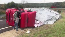 Kuzey Marmara Otoyolu'nda iplik yüklü tır devrildi