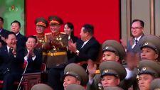 Kim Jong-un askerlerinin yaptığı gösteriyi keyifle izledi