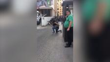 Beyrut'taki çatışmayı sakin tavırlarla izleyen adam