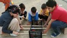 Elazığ'da çocuklar için meyve kasasından langırt yapıldı