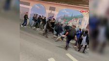 Sultangazi'de öğrenciler, sokak ortasında tekme tokat kavga etti