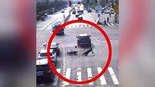 Çin'de telefonuna bakan scooter sürücüsü arabaya çarptı
