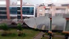 İzmir'de otoparkın çatısı uçtu