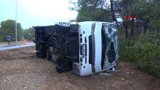 Manavgat'ta tur otobüsü devrildi