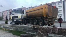 Ankara'da kaza yapan tır, karşı şeride geçti