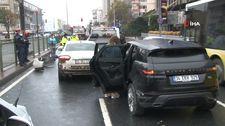Beşiktaş'ta yağış nedeniyle kayganlaşan yolda 4 araç birbirine girdi.