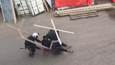 İşçiler el arabasından helikopter yaparak eğlendi