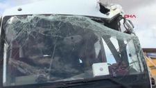 Kilis'te tırdaki briketler, askeri personel taşıyan midibüsün üzerine düştü