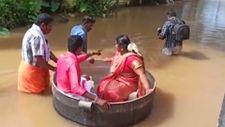 Hindistan'da çift, sel nedeniyle düğünlerine tencereyle gitti