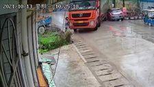 Çin'de kontrolden çıkan kamyon fren yaparak kadına çarptı
