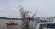 Ekvador'da Brezilya'ya ait eğitim gemisi köprüye çarptı