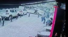 Maltepe'de, açık kapıdan gaspçıların aracının içine atladı