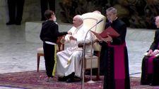 Papa Francis'in papalinasını almaya çalışan çocukla diyaloğu