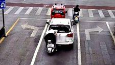 Çin'de arabanın arka camına kafa atan dikkatsiz motor sürücüsü