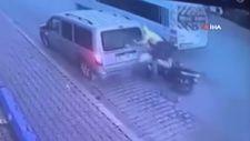 Antalya'da park halindeki araca çarpan motosiklet sürücüsü ölümden döndü