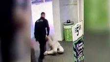 İngiltere'de güvenlik görevlisi siyahi adamı tek yumrukla bayılttı