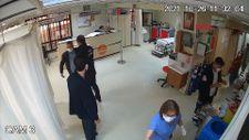 İzmir'de işlemi uzun süren hasta, güvenlik güçlerine saldırdı
