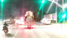 Sultangazi'de kamyonet kasasındaki tehlikeli yolculuk kamerada