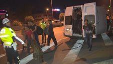 Minibüsten çıkan 60 göçmen polislere aldırmadan kaçtı