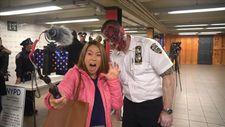 New York metrosunda yolculara Cadılar Bayramı sürprizi