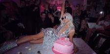 Paris Hilton'a altın soslu pasta