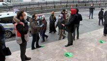 PTT önünde sosyal mesafesiz kalabalığa polis engel oldu