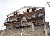 Rize'de yiyecek bulamayan ayı köy evine zarar verdi