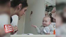 Annesiyle koyu bir sohbetin içine giren sevimli bebek