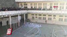 Cezayir'de protestocular oy sandıklarını kırdı