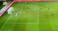 Sağlık görevlilerini çağıran futbolcunun attığı ilginç gol