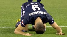Yeni Zelandalı futbolcu gol sonrası secdeye vardı