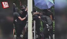 Hong Kong'da göstericiler kamera direğini söktü