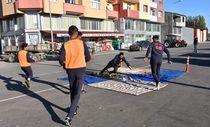 Asfalta kilim serip futbol antrenmanı yapıyorlar