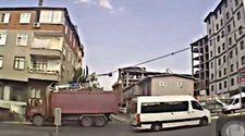 Elektrik kablolarına takılan kamyon direği devirdi