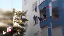 Pencere pervazında oyun oynayan çocuk, korkuluğa sıkıştı.